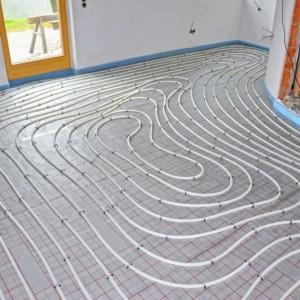 rurki instalacji ogrzewania podłogowego leżące na podłodze